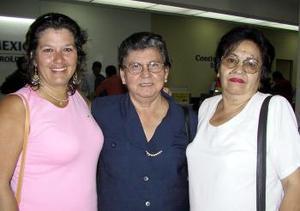 Rosalba de Olvera regresó al DF y fue despedida por Rosalba y Carmen.
