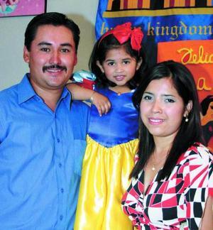 <b><u>22 de abril </b></u><p> Ana Karen Gurrola López acompañada de sus papás Miguel Gurrola y Adriana López de Gurrola en su festejo de cumpleaños