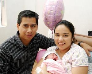 Arturo Ramírez  Galindo y Karina Alba  de Ramírez, con su hija Valeria Ramírez.