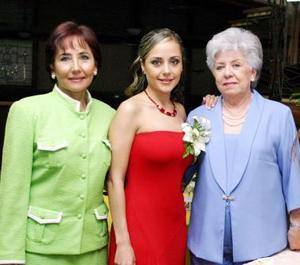 La festejada acompañada de María Alicia Rodríguez de Jaime y Manuela Benita de la Garza.