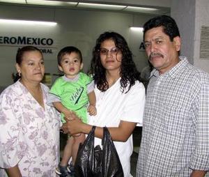 Alma Cecilia Hurtado y Ángel González fueron despedidos por Juan Manuel Hurtado y Cecilia Herrera, antes de viajar a Cancún.