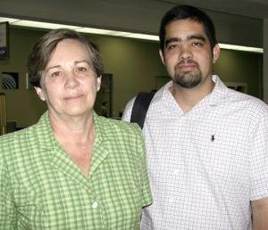 Gustavo Lastra viajó a la Ciudad de México y fue despedido por Ana Elisa de Lastra.