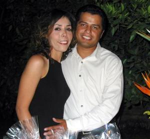 Miriam Soraya Mendoza Soto y Mario César Ramos López, captados en la despedida de solteros que les ofreció por su próximo matrimonio.