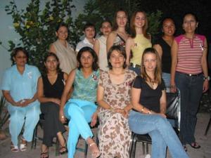 Amparo Cristina Huereca Silva, en compañia de algunas de las asistentes a su despedida de soltera.