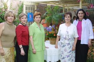 Chayito de Morales, Luz María de Russek, Cristy de Arenal, Alma Rosa de Campos y Lula de Murra, captadas en su reunión del Club de Jardinería La Rosa.