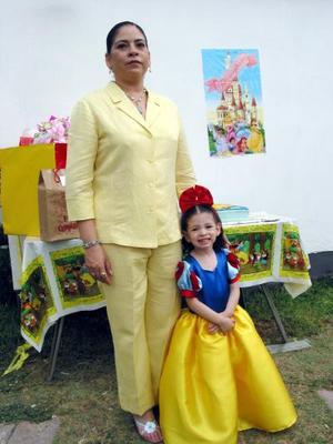 Ana Lucía Pérez Ortiz en compañia de su tía, María Elena Ortiz Fandoa, en la fiesta de cumpleaños que le ofrecieron sus papás.