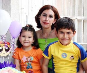 Lizzette Alvarado Delgado festejó su cumpleaños acompañada de su mamá, Mayra Lizzette de Alvarado y de su hermano Chuyito Alvarado.
