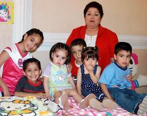 <b><u>23 de abril </b></u><p> Valeria Jimena Limones Mantañez acompañada de sus amiguitos, en la fiesta de cumpleaños que le ofreció su mamá, María de Lourdes de Limones.
