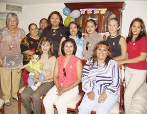 <u><b> 24 de abril </u> </b><p>  Yolanda Castañeda de Cartés con algunas de las asistentes a su fiesta de canastilla, celebrada en días pasados.