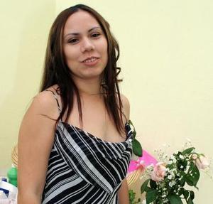 Brenda Elvira Zapata Yinoco recibió numerosas felicitaciones, en su primera despedida.