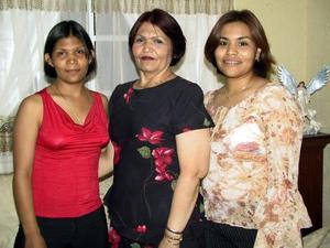 Yolanda Ochoa junto a sus hijas Fabiola y Perla  Esperanza, en el festejo que le ofrecieron por su cumpleaños.