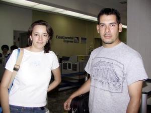 <b> <u> 24 de abril </b></u>  <p> Rumbo a Miami, Florida  viajó Víctor Sánchez y fue despedido por Isabel Mijares y Elvia Gutiérrez.