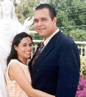 Lic. Enrique S. Ruiz Anaya y Lic. Adriana Ahidé Chávez Mena efectuaron su presentación religiosa em la parroquia de La Inmaculada Concepción, el viernes 16 de abrilde 2004.