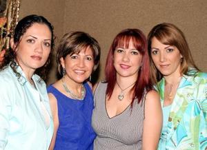 <b><u> 27 de abril </b></u><p> Alicia de Cárdenas con sus hijas Yadira, Claudia y Alicia.