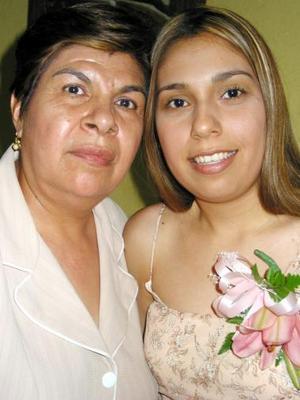 Araceli del Rocío Orrante Miranda acompañada de su mamá, la señora Catalina Miranda de Orrante, en la despedida de soltera que se le ofreció por su próxima boda.