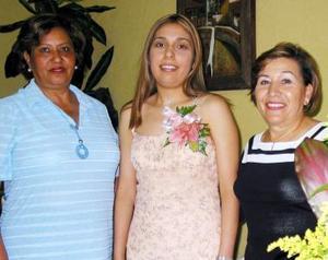 Araceli del Rocío Orrante Miranda, en compañia de las organizadoras de su despedida, María Elena de Carrera y Cristina de Soto.