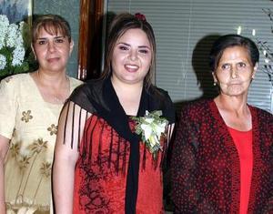Gabriela Rodríguez Ruiz con las organizadoras de su despedida de soltera, Velia Ruiz Muzquiz y Sara Cuevas de Romero.