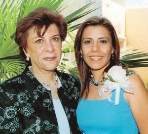 <u><b>25 de abril </b></u> <p> Ana Cristina García M. en compañía de Eva María Maisterrena de García en su despedida de soltera
