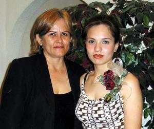 Érika García Guzmán junto a su mamá Lupita Guzmán  de García, en la despedida de soltera que le ofreció en días pasados.