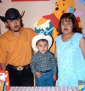 Bryan Alejandro Mejia Ororna acompañado de sus papás, Fernando Mejía Martínez y Perla Fabiola Orona Blanco, en el festejo que le organizaron por su cumpleaños.
