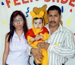 Daniel Alejandro Soto Sánchez en compañia de sus papás, Leonardo Soto Mota y Cinthia Sánchez de Soto, en el convivio que le ofrecieron por su cumpleaños.