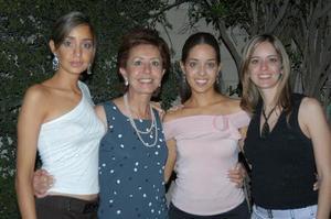 Daniela Valencia en compañia de sus hermanas, Andrea y Valeria Valencia y de su mamá Dulce correa de Valencia, en una de las despedidas de soltera por su próximo matrimonio.