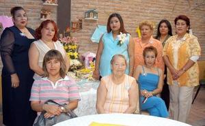 Diana Ibáñez de Terrazas, en compañia de algunos de los asistentes a su fiesta de regalos.