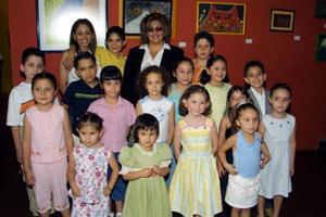 El taller de colores junto a su maestra, Alejandra de la Peña.
