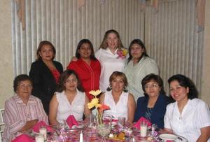 Lizeth Navarro de Medellín recibó numerosas felicitaciones, en la fiesta de regalos que le ofrecieron en honor del bebé que espera.