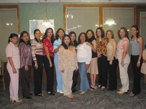 Nancy Afaro de Leyva acompañada de un grupo de amigas, en la fiesta de regalos que le ofreció su mamá, Sara González de Alfaro.