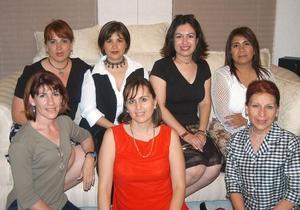 Patricia Espada y Graciela Gómez acompañadas de sus amigas, en el convivio que les ofrecieron por su viaje a París.