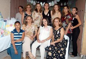 Sofía Sánchez Zubiría, en compañia de algunas asistentes a su fiesta de regalos.