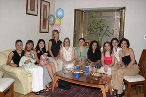 Lulú Guerra de Quintero y Lucero Tottes de Jaik, con un grupo de amigas quienes les organizaron una fiesta de regalos, con motivo de la llegada de sus respectivos bebés.