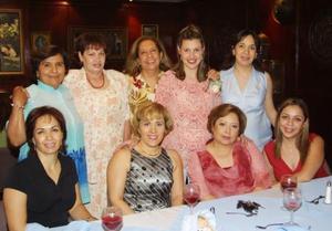 <u><b> 27 de abril </u> </b><p> Viviana Ortiz de Kalionchis acompañada por un grupo de amigas en la fiesta de canastilla que le ofreció su mamá Carmen Rodríguez de Ortiz.