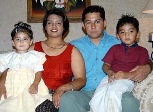 <u><b>25 de abril </b></u><p> Juan Sánchez y Susana Acevedo de Sánchez, en coompañia de sus hijos Mary Fer y Juanito Sánchez A.