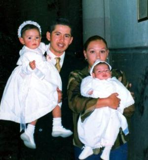 <u><b>27 de abril </b></u><p> Ricardo Camacho Pulido y Sonia Paredes de Camacho, con sus hijos Ricardo y Andrea, al término de una ceremonia religiosa, celebrada en la parroquia de Guadalupe de la Ciudad de Gómez Palacio, Dgo.