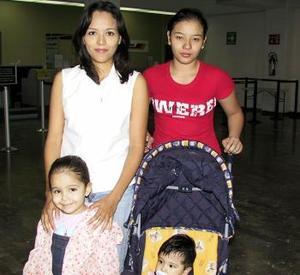 Despúes de disfrutar de unas vacaciones en esta ciudad, regresó a Veracruz, Brenda Rendón, la despidió Sandra Rendón.