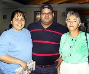 <b> <u> 27 de abril </b></u>  <p> Para Gozar de su luna de miel, viajaron a Cancún, Raúl Estrada y Rosalinda P. de Estrada, fueron despedidos por Yolanda Guerrero.