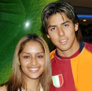 W Karla Sánchez y Juan Ortiz.