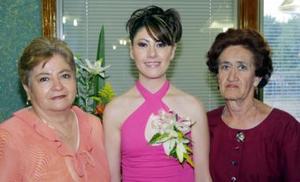 Junto a la futura novia,aparecen Elisa Figueroa de Ortiz y Leonor Martínez Vda. de Guerrero, anfitrionas de la despedida.