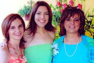 Mónica Martínez Tatay junto a Rosa María Tatay de Martínez y a Charmein Martínez de Villalobos, en su despedida.