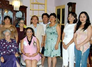 Abigaíl Castillo de Leyva, acompañada de algunas de las invitadas a  su fiesta de regalos.