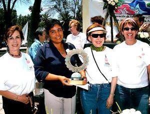 Alma Rosa de Campos, Elisa de Morales y Liz de Abraham, en la entrega del premio La Reina de Las Rosas a la señora Evangelina González de López.