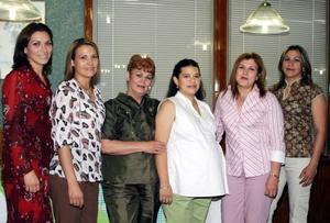 Argelia Güereca de Zamonsett con las organizadoras de su fiesta de canastilla, Lily de Facusseh, Viky de Garza, Nena Serrano, Gaby de Garza y Gaby de Zamonzett.