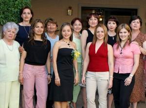 María Fernanda Jaime Rodríguez acompañada de un grupo de amistades, en la despedida de soltera que le ofrecieron en días pasados.