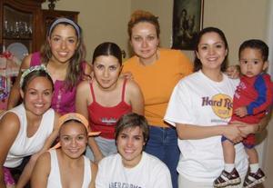 <u><b> 28 de abril </u> </b><p> Montserrat Gaucín Hernández, acompañada de algunas de las asistentes a su despedida de soltera.