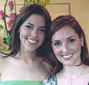 Mónica Martínez Tatay junto a su hermana Mariana, en la despedida de soltera que le ofrecieron en días pasados.