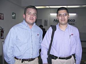 <b> <u> 29 de abril </b></u>  <p> Gerardo Aburto fue recbido por Mario Guzmán, a su arribo de la Ciudad de México.