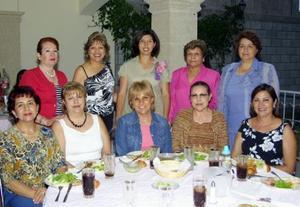 <u><b> 30 de abril </u> </b><p> Leticia Reynoso de Torres, en compañia de un grupo de asistentes a su fiesta de regalos.