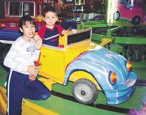 Axel Radamés Becerril López junto a su prima Itzel Aimeé Samaniego Becerril, en los festejos por el Día del Niño.